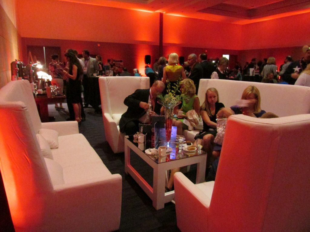 Decor-Lounge-White-Guests45